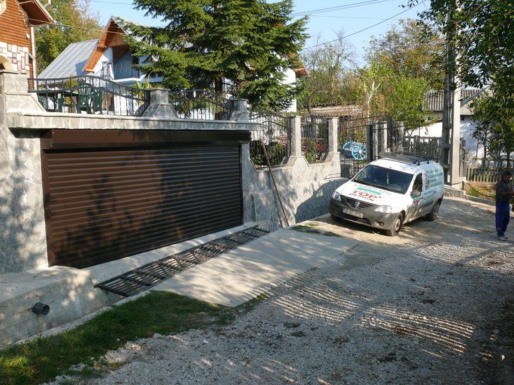 Usi de garaj tip rulou in Targoviste, usa pentru acces auto in curte cu lamele din aluminiu 77mm. Solutii tehnice si realizare de Top+Design