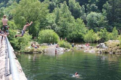 Le lac d'Alfeld, juste avant le Ballon d'Alsace, est un lac artificiel retenu par un barrage. En théorie, il est interdit de s'y baigner... mais difficile de résister quand le mercure grimpe !