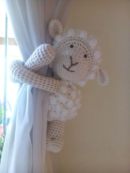 Ovelhinha de crochê com os bracinhos compridos para abraçar (cortina, grade de berço, puxador de armário, maçaneta de porta, etc,).