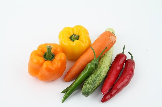 """Fact Friday! Vegetables and fruits, particularly deep greens, or bright yellow, red and purple fruit are very rich in phytonutrients. This is how the saying, eat a diet with the natural """"colors of the rainbow"""" came about. A large, colorful variety will assure you that you are consuming different kinds of antioxidants that build the body's defenses against diseases and ill health caused by mega doses of free radicals. #greensmoothie #bodytransformation #weightloss www.jumpstartkitchen.com"""