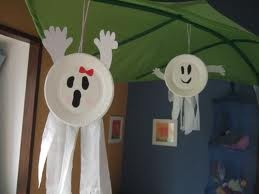 Paper plate ghost - would be great to decorate PTO PTA Halloween disco