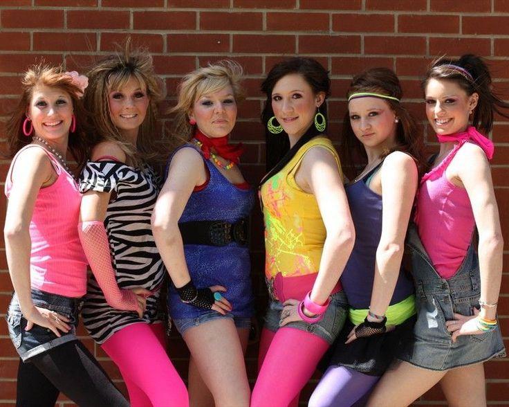 déguisement années 80 - leggings en noir, rose et lilas, tops multicolores, bracelets et boucles d'oreille en plastique multicolores