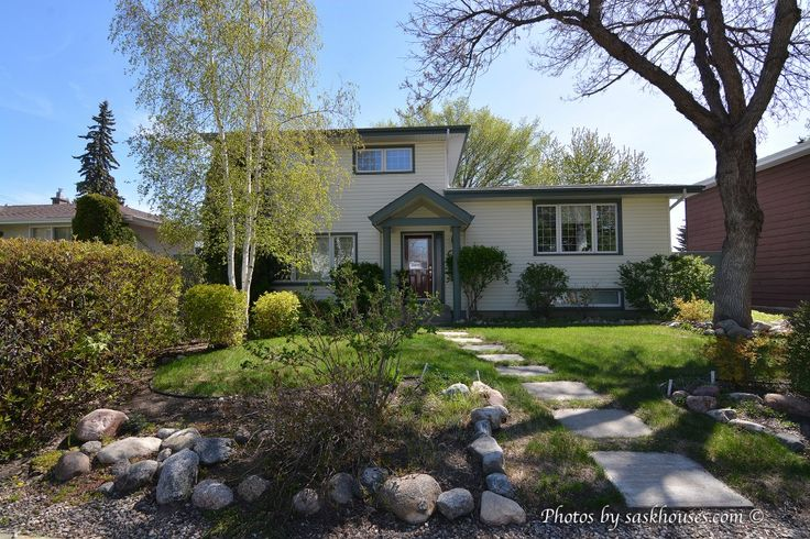 We've got a beautiful New Listing in Saskatoon Adelaide/Churchill - pass it along! https://saskhouses.com/listings/19-maclean-crescent-saskatoon-adelaidechurchill/ #yxe  #adelaide #splitlevel