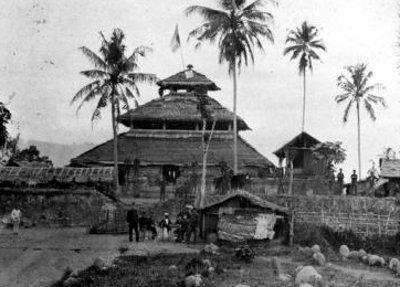 Masjid di Indrapuri, Aceh, tahun 1880. Foto koleksi Tropenmuseum.