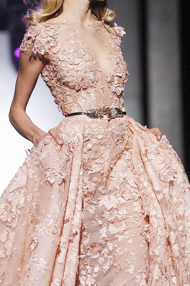 Alta costura vestido en encaje color champagne