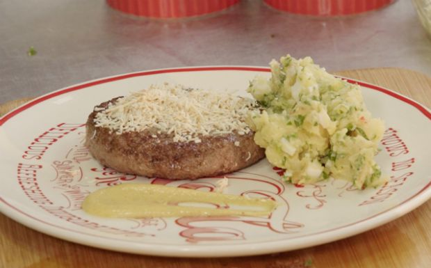 Hambúrguer caseiro com molho de mostarda dijon: para acompanhar, salada de batata sem maionese, aprenda a fazer
