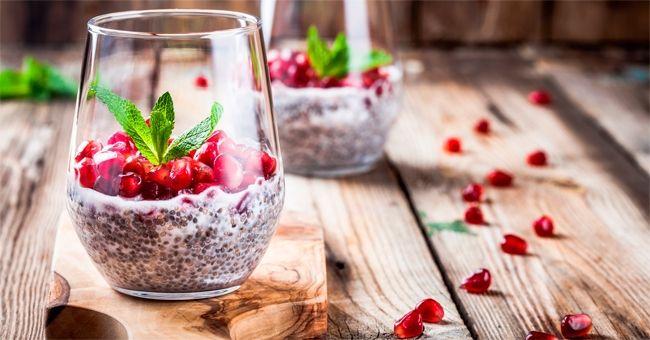 Ricchi di fibre, i semi di chia mantengono l'intestino attivo e regalano sazietà, indispensabile per dimagrire: ecco qualche ricetta per mangiarli a colazione