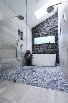 Das Fenster + noch kleine Treppe zur Badewanne + schwarze Wand hinter der Badewanne + rechte Wand weg dahinter hocker + verhindern von wasser überschwappen mit 10cm Schwelle