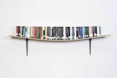 Cette étagère qui s'adapte exactement à la taille de ces livres.