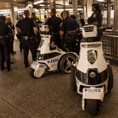 Autrefois, jusque dans les années 80, le métro newyorkais avait mauvaise réputation. Depuis la mise en place de la fameuse politique « tolérance zéro » par la mairie de New-York, il en est tout autrement, grâce, notamment, à une présence policière bien plus importante. Le métro est devenu un lieu sûr.