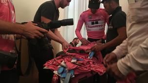 Win een gesigneerde roze trui van Tom Dumoulin!