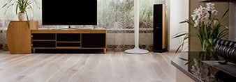 Parquet Rovere controbilanciato in Pioppo. #pavimenti #parquet #rovere #flooring #legno #naturalwood #soggiorno #salotto #living #livingroom #sittingroom #hometheatre #tv #design