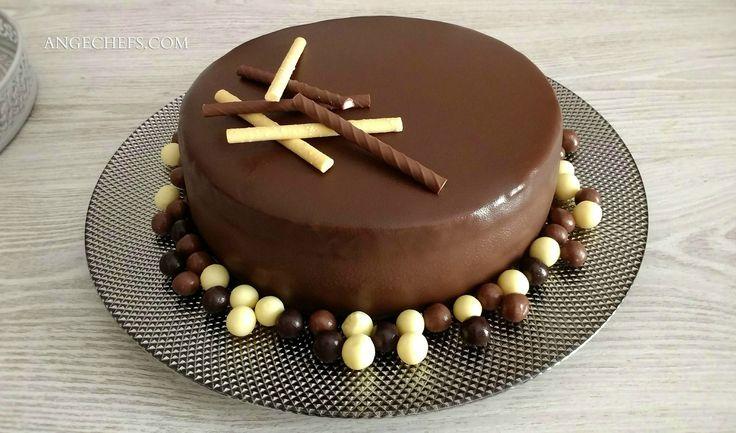 """Tarta de Chocolate Velvet! Hoy preparamos una tarta de chocolate """"especial"""". Vamos a unir a la textura del bizcocho, un riquísimo frosting de queso con chocolate, que usaremos para el relleno, y una ganache de chocolate negro para cubrirlo… """"Una locura de sabores""""! Si seguís los pasos, veréis que es fácil de hacer y está de locura."""