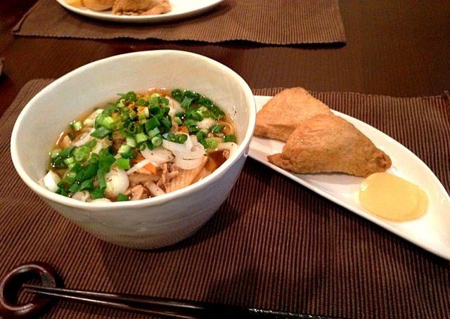今日は残り野菜のお掃除メニュー。うどんはニンジン、筍、キャベツ、豚肉を胡麻油で炒めて、塩麹を隠し味に深みあるかけつゆに。いなり寿司は酢飯に白ゴマと大葉を混ぜて爽やかな後味に(^_^) - 2件のもぐもぐ - 野菜たっぷりうどん、いなり寿司 by gohandaisuki