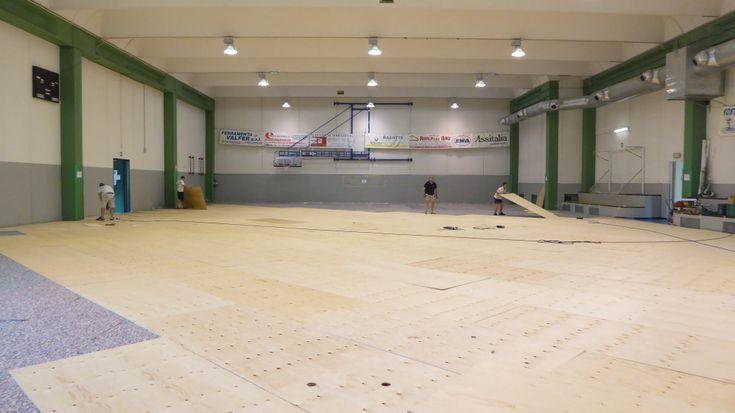 Altre fasi di installazione del nuovo parquet sportivo Dalla Riva Sportfloors in #Valchiavenna