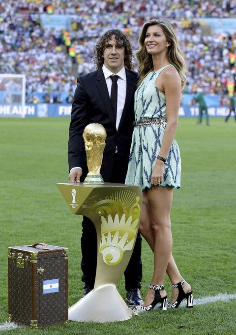 En la final del mundial de fútbol 2014 fue la madrina más chic con este estilismo de Louis Vuitton Resort 2015 con minivestido estampado en verde agua y azul, más unos espectaculares zapatos 'black & white'.