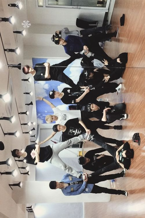 EXO and their awesome, new stage pose !