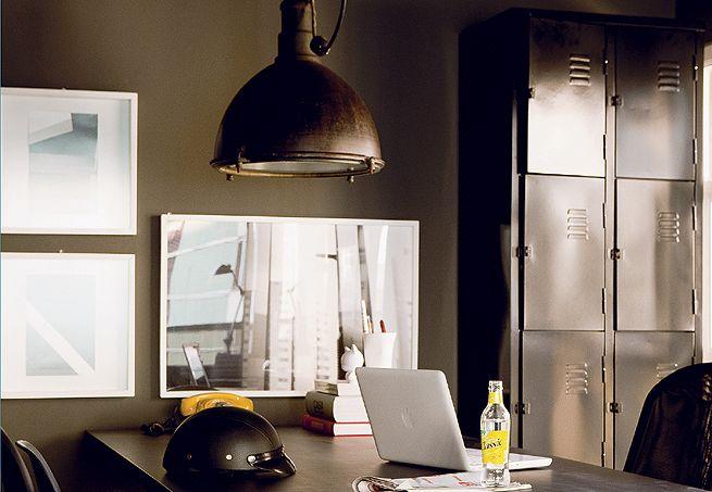 Adquirido via internet, o armário comumente usado em academias de ginástica fica num canto da sala. A ideia é do morador, o designer Paulo Antonio de Azeredo