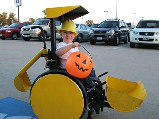 Pais criam incríveis fantasias de Halloween para seus filhos cadeirantes