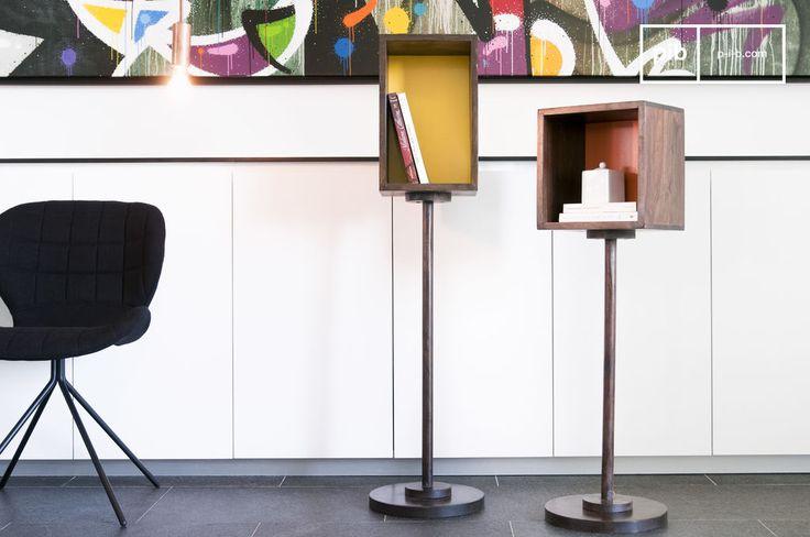 Questo originale scaffale in legno è un articolo perfetto da aggiungere al vostro arredamento. Con i suoi colori e la sua struttura verticale, è bello da guardare e anche utile.