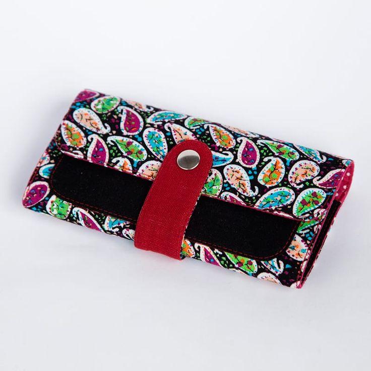 Роскошный брендовый женский кошелек ручной работы от молодого отечественного бренда Yak Faino, сшитый вручную мастером из трех видов натуральной ткани – джинс, лен и хлопок. Лицевая внешняя сторона имеет модный этнический принт пэйсли – индийского «огурца»,украшенного мелкой
