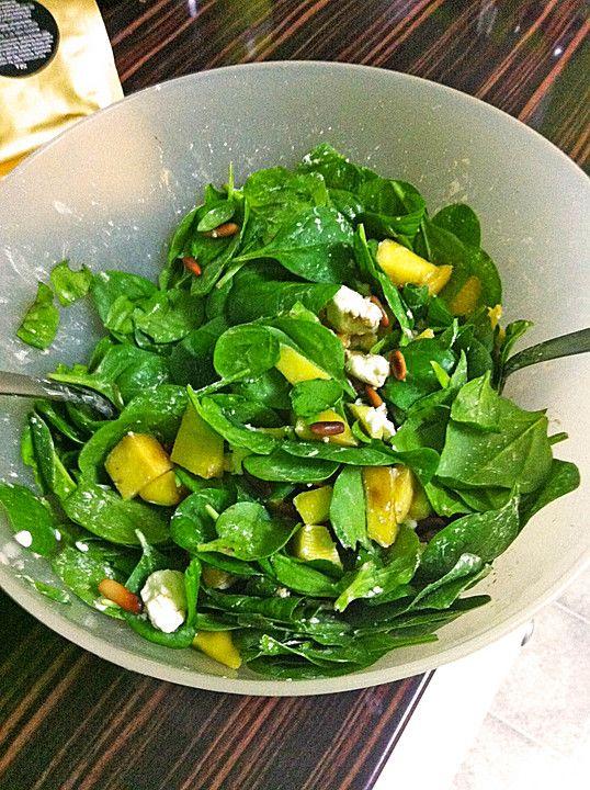 Mango-Spinat-Salat mit Feta-Käse und gerösteten Pinienkernen