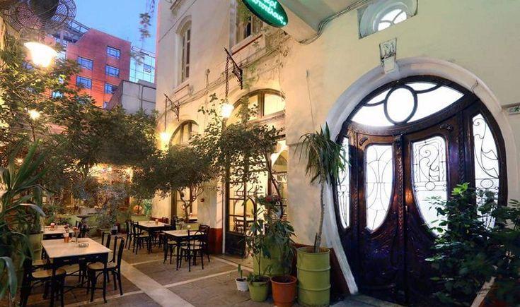 Επιστρέφουμε στη ζωηρή συμπρωτεύουσα για να απολαύσουμε καλοφτιαγμένους μεζέδες, παγωμένο καφέ και δροσερά κοκτέιλ σε πανέμορφες αυλές και ατμοσφαιρικούς κήπους. Αυτά είναι τα πιο αγαπημένα μας μέρη για καλοκαιρινή έξοδο στη Θεσσαλονίκη.