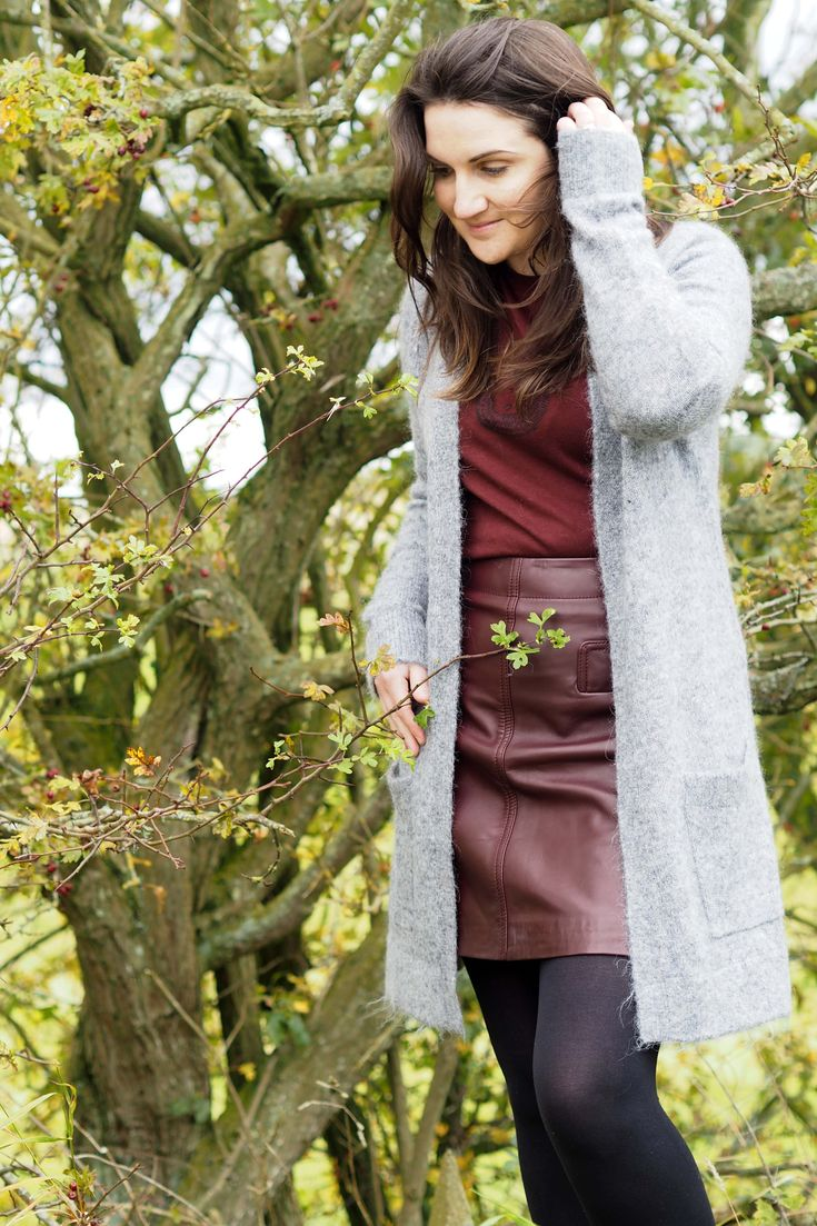 Monochrome Autumn outfit. Shades of burgundy and different textures create a fun fallfashion outfit. Leather skirt and cosy knit #fallfashion #burgundy