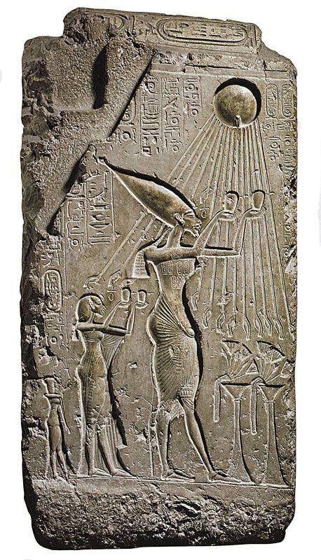Il faraone Akhenaton e la sua famiglia in atto di adorare il dio Aton (il sole); XVI secolo a.C; Rilievo inciso su pietra calcarea; Il Cairo, Museo Egizio
