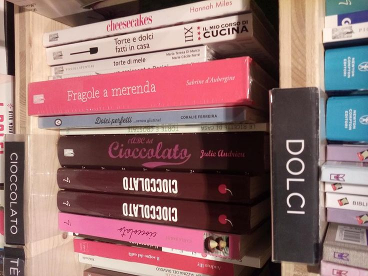 """Viviana, addetta stampa ad honorem (si è meritata il titolo sul campo...) dei miei libri, è andata a Firenze, ha scovato """"Fragole a merenda"""" in una bella libreria e... ha fatto clic! #quifragoleamerenda"""
