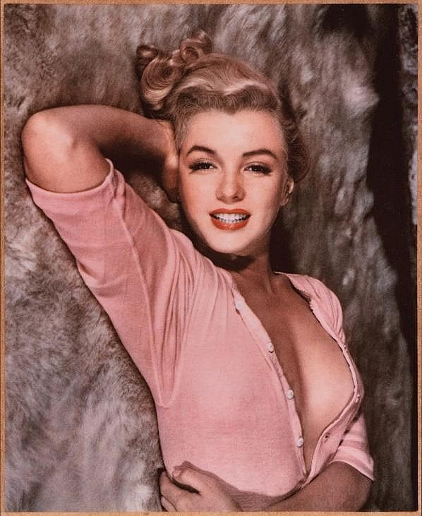 "MARILYN MONROE - 5' 5½"" - 118 lbs 35-22-35 - Born: Tuesday, June 01, 1926, Los Angeles, California, United States Died: Sunday, August 05, 1962, Brentwood, Los Angeles, California, United States"