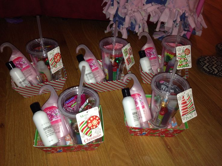 Easy Christmas gift for the girls in the fam. Tumbler filled with a facial mask, mini bubble bath, mini lotion, mini nail file, Chapstick and Hershey kisses in a basket with body wash and eye makeup remover courtesy if avon! So cheap, easy and frikkin cute!!