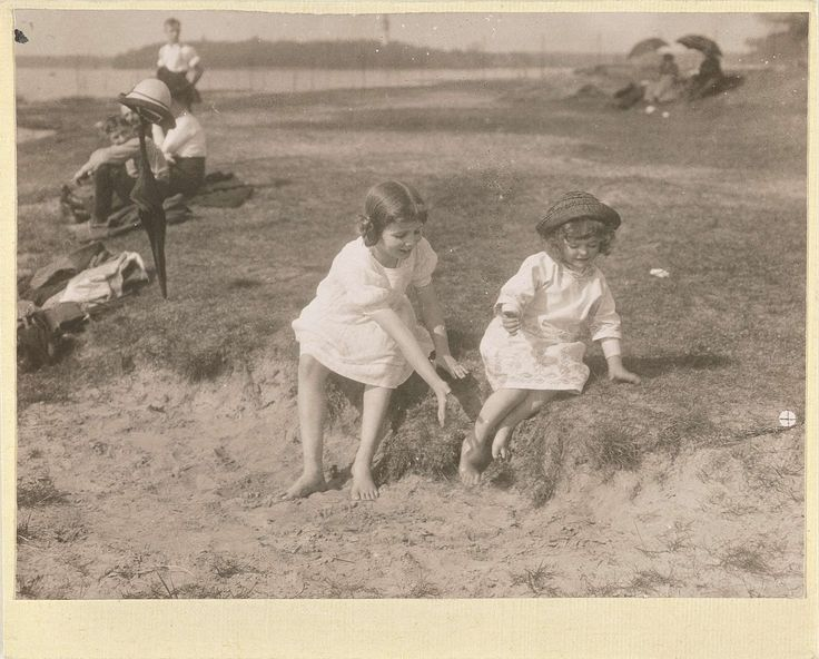 Marba Titzenthaler, dochter van de fotograaf, en een onbekend meisje spelend op het strand bij een meer, Waldemar Titzenthaler, 1914