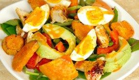 Maaltijdsalade met zoete aardappel en sriracha dressing