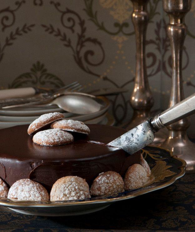 Το ομώνυμο χωριό της Γαλλίας φημίζεται για τα μακαρόν του. Αυτά μπαίνουν και σε αυτή την τούρτα, αντικαθιστώντας το παντεσπάνι.