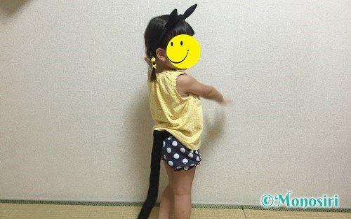 ハロウィンの仮装で猫耳カチューシャとしっぽを付けた子供