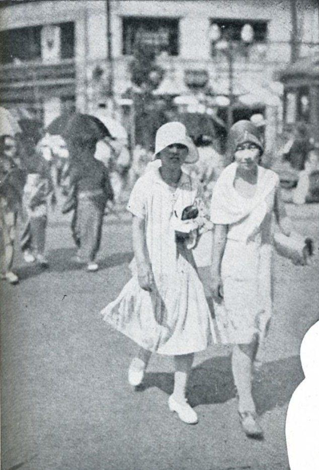 """""""1929年(昭和4年)。この年は猛暑で、東京の女性にこのような簡易服が流行します。木綿や浴衣地を使って夏は涼しく、また着物に比べて着やすかったものと思われます。この衣装は大阪でも流行し「アッパッパ」と呼ばれるようになりました。ある意味ミニスカートの元祖かもしれません。"""""""