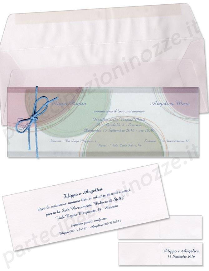 Art. 94842 - Cartoncino bianco inserito in bustina di pergamena con decorazioni  pastello legata da fiocco di cordoncino celeste.