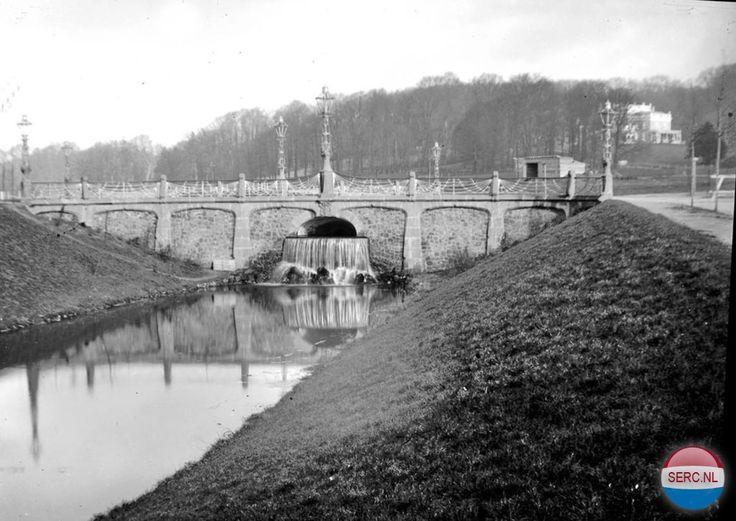 Waterwerken bij de De la Reijstraat in 1900. Rechts de villa in Sonsbeek