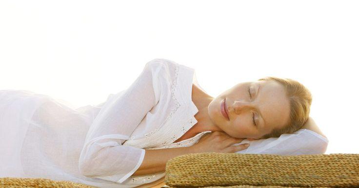 Cómo desinfectar la ropa de cama. Te sorprendería saber cuán sucio puede volverse un colchón después de pocos años de simplemente dormir sobre él. Los colchones recogen piel muerta, polvo y otras suciedades, de manera que es importante limpiarlos y desinfectarlos periódicamente. Se requiere un poco de tiempo y esfuerzo, pero finalmente valdrá la pena cuando sepas que estás ...