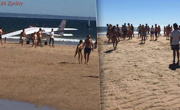Letadlo nouzově přistálo na pláži: Muž a holčička zahynuli