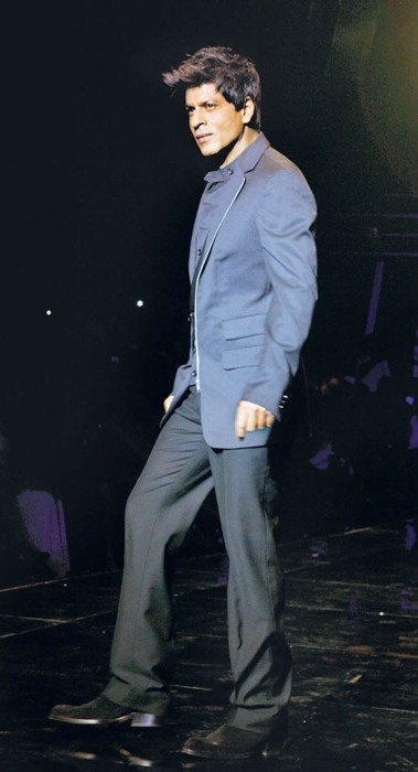 SRK workin' the ramp #Bollywood #SRK #Shahrukh LOVE IT ANS SO SO SO SO SO SEXYYYYYY <3 <3