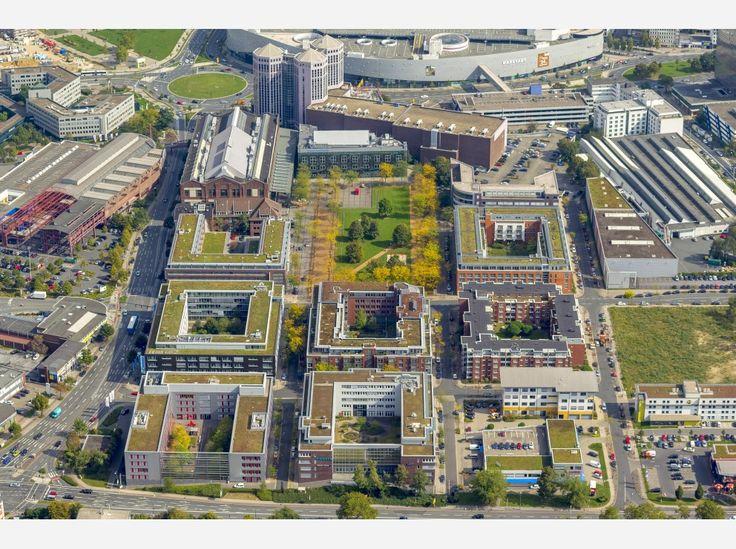 Der Häuserblock Ostfeldstraße/Frohnhauser Straße/Hans-Böckler-Straße/Altendorfer Straße mit Colosseum, Weststadthalle, Weststadttürmen und Cinemaxx (oben).