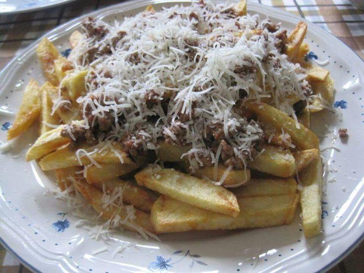 Πατάτες τηγανητές με κιμά και τυρί τριμμένο