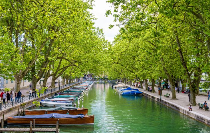 Οσο κι αν σας φαίνεται απίστευτο, αυτή η γαλήνια πόλη που επιπλέει υπάρχει, βρίσκεται στη Γαλλία και πολλοί την ονομάζουν Βενετία των Αλπεων.