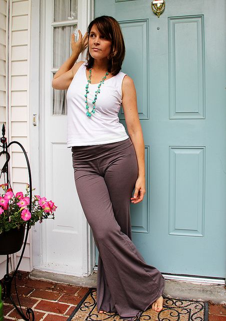 yoga pants diy...I don't personally do yoga, but these are so comfortable.. Just to wear around the house or workout in... This website also has other tutorials for home decor... etc... Pin now...read later.