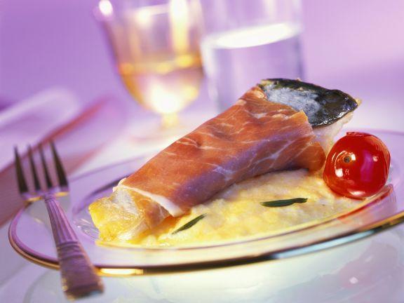 Karpfen im Schinkenmantel mit cremiger Polenta ist ein Rezept mit frischen Zutaten aus der Kategorie Fisch. Probieren Sie dieses und weitere Rezepte von EAT SMARTER!