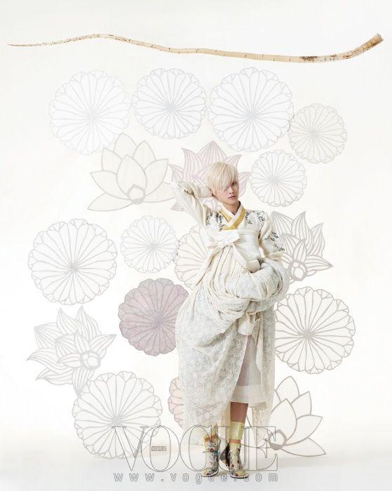 Vogue Korea May 2013 황금색 깃이 특징인 레이스 소재 손자수 비단저고리와 병아리색 꽃자수 버선은 바이단(Bydan), 흰색 앞치마는 프라다(Prada), 단속곳과 레이스 허리 치마는 차이 김영진, 스트랩힐은 지방시(Givenchy).