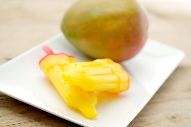 Zelf waterijsjes maken? Het is echt heel erg simpel! Voor deze mango waterijsjes heb je alleen een rijpe mango en wat water nodig. De ijslolly vormpjes koop je bij de Blokker of Xenos.