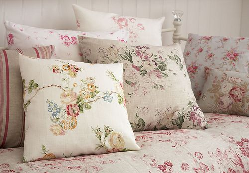 prints: Floral Pillows, Floral Patterns, Floral Prints, Bedrooms Pillows, Shabby Chic, Accent Pillows, Inspiration Photos, Beds Sheet, Floral Cushions